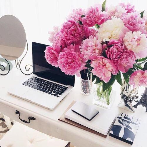 desk-w-flowers
